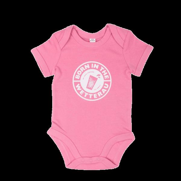 rosapinker Baby Body mit weißem großem Born in the Wetterau Schriftzug auf der Vorderseite